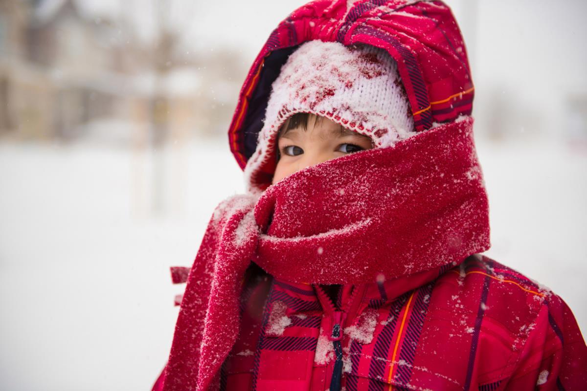 Zestawienie akcesoriów na zimowy spacer z dzieckiem