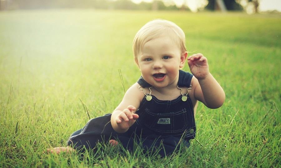 Przewijanie dziecka na spacerze. Co warto spakować?